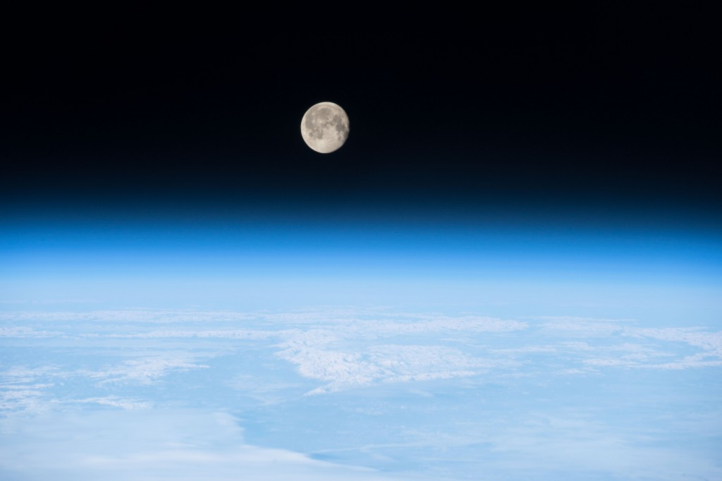 ISS-42_Moon_on_the_Earth's_atmosphere